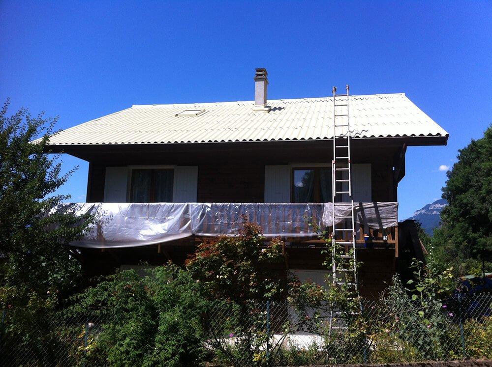 Toiture repeinte d'une maison à Aix-les-Bains (Savoie)