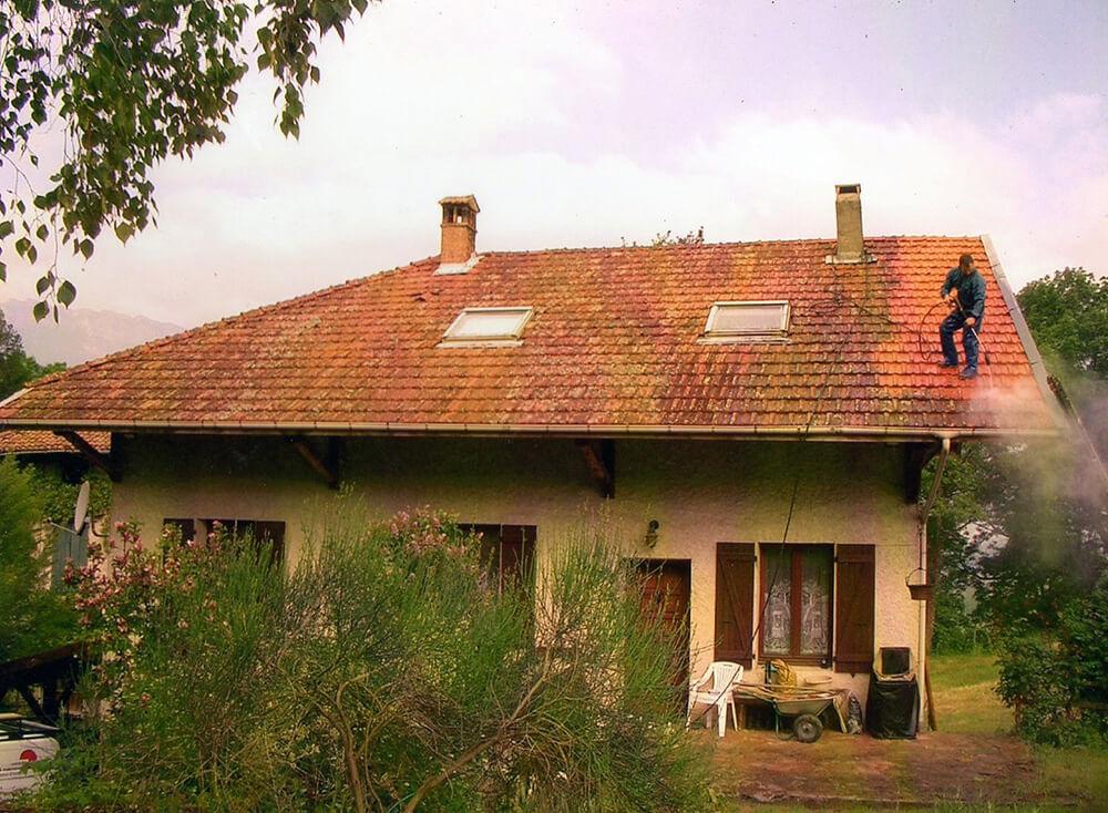 Décapage toiture avec démoussage et traitement à Crolles (38 Isère)