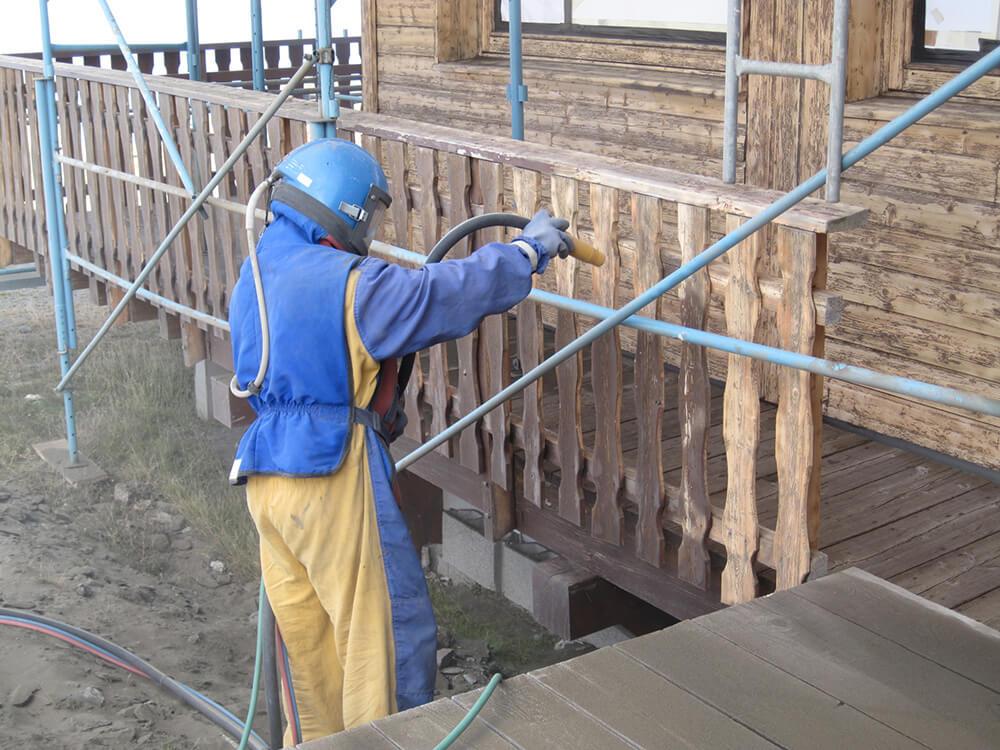 Décapage d'un garde corps en bois à Moutiers