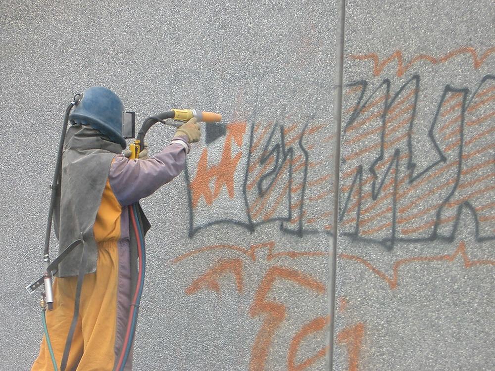 Suppression de graffitis sur un mur en béton par sablage à Grenoble (38 Isère)
