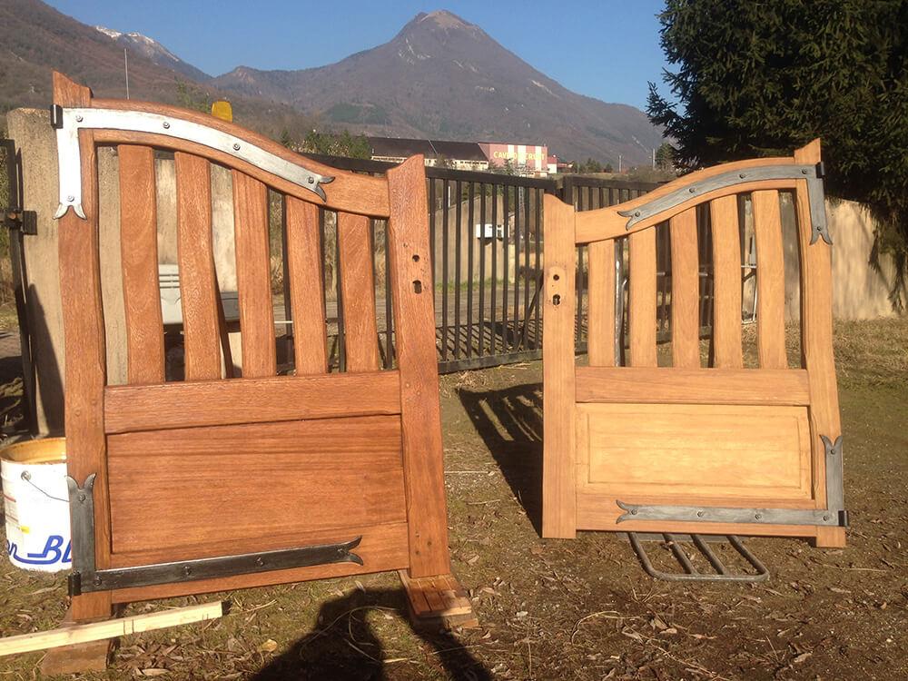 Traitement et démoussage par aérogommage d'un portail en bois à Cluse