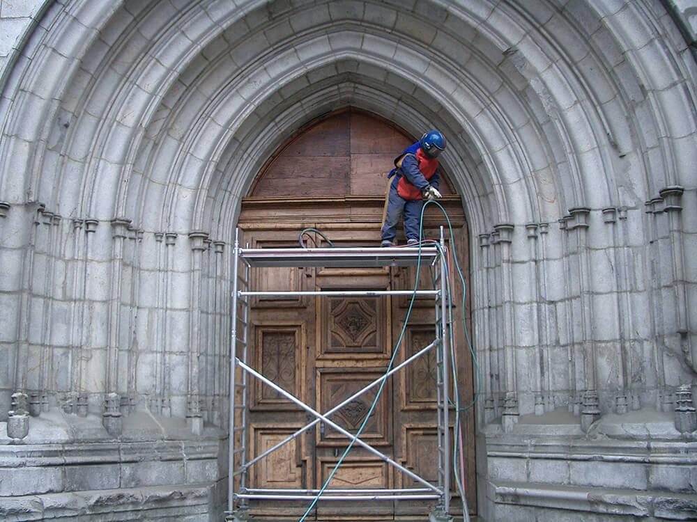 rénovation monument historique : porte d'église
