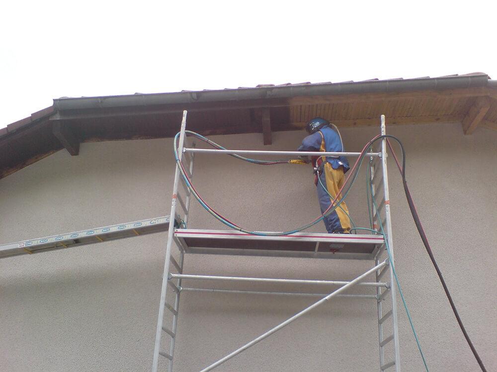 Nettoyage et décapage d'un dessous de toit à Albertville