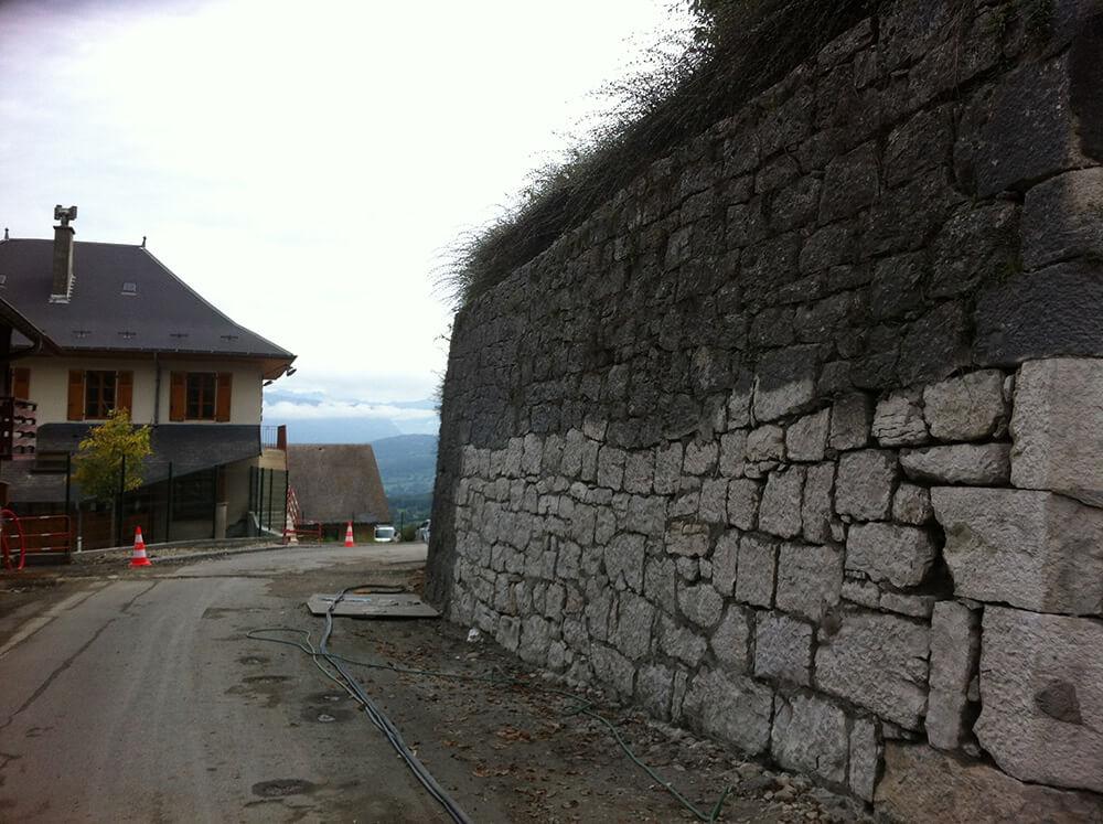 Traitement et Nettoyage sous haute pression d'un mur en pierre par hydrogommage à Chambéry (Savoie)