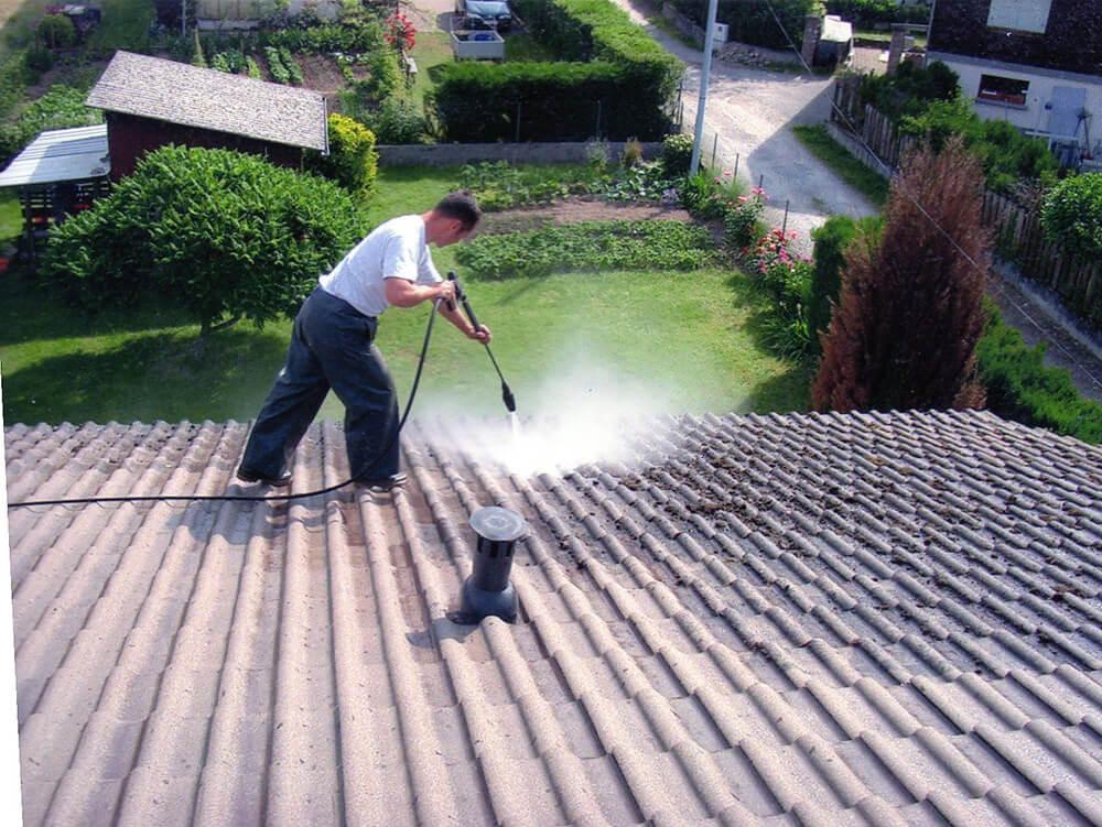 Traitement sous haute pression des tuiles d'une maison à Crolles (38 Isère)