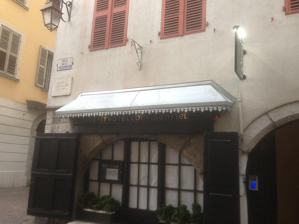 Décapage d'une devanture métallique à Chambéry (73 Savoie)