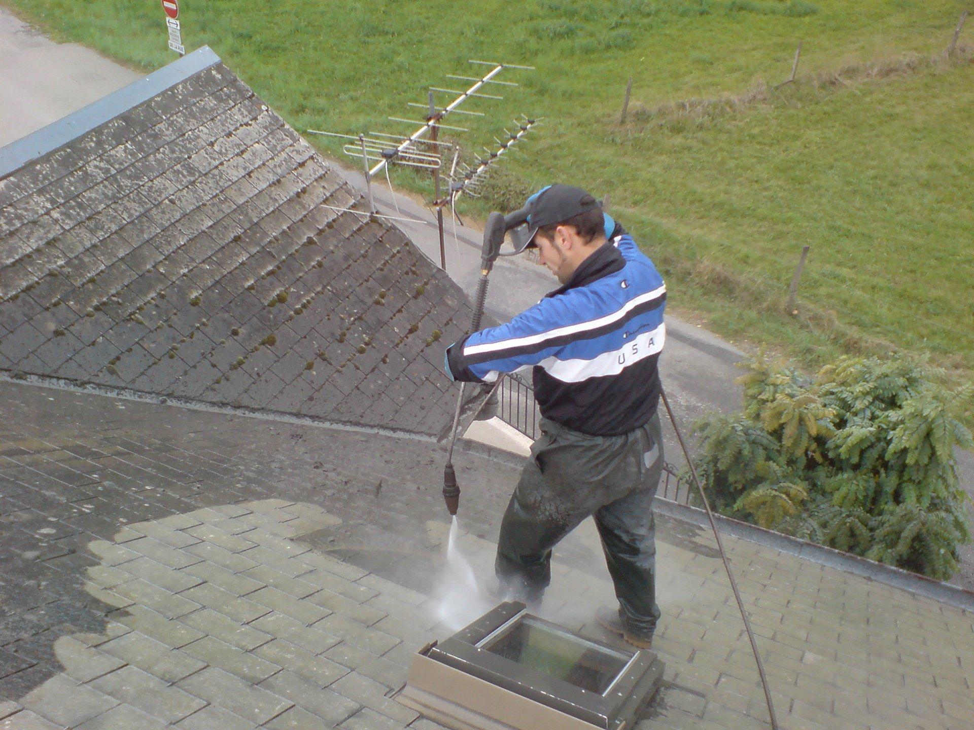 Décapage et démoussage de toiture de maison à Crolles (Isère 38)