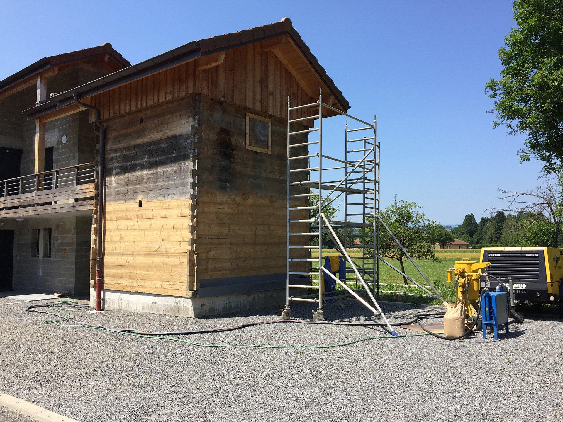 Travaux de rénovation d'un chalet en bois par aérogommage à Moutiers