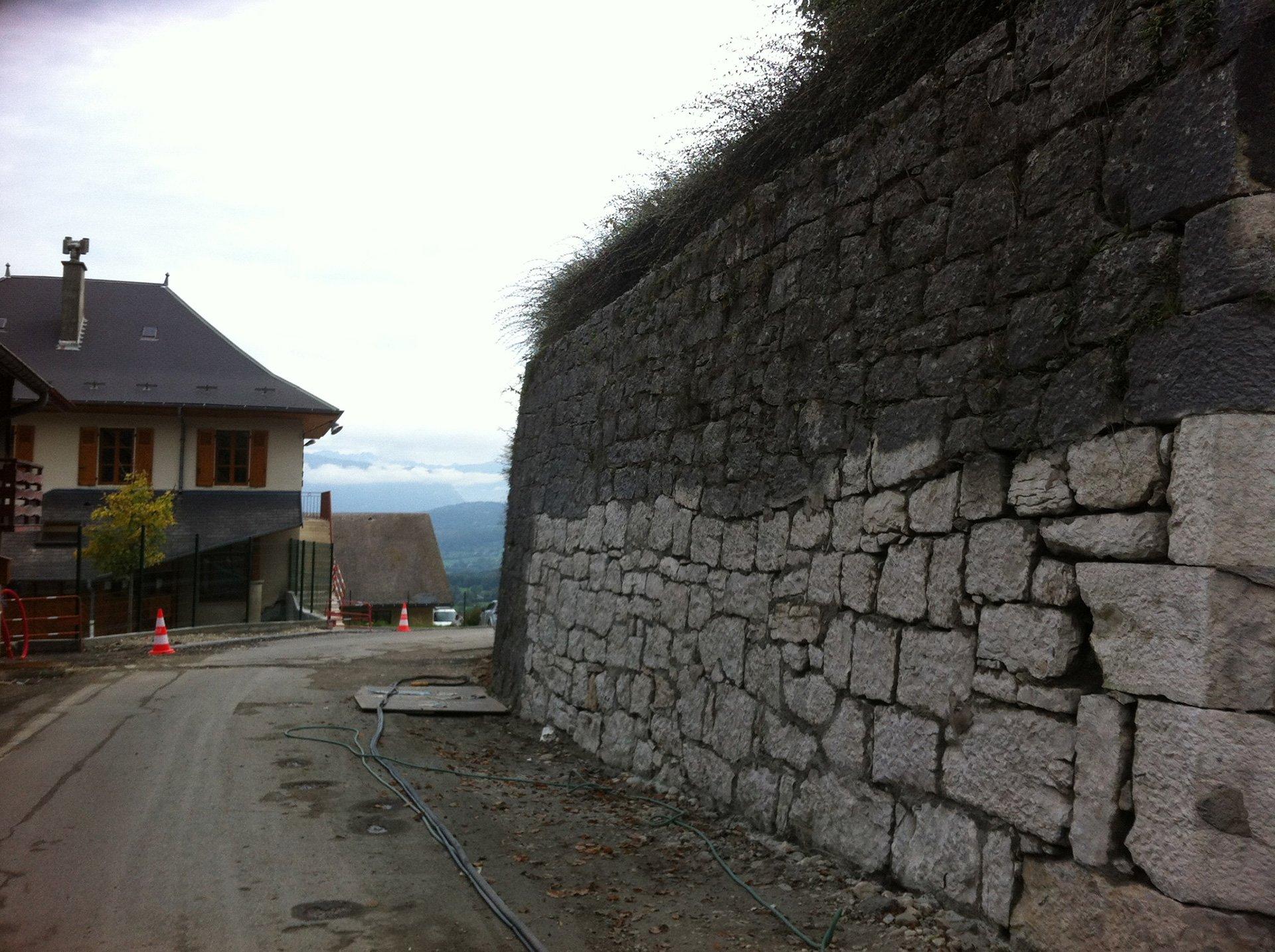 Décapage à haute pression par hydrogommage d'un mur de pierre à Grenoble (Isère 38)