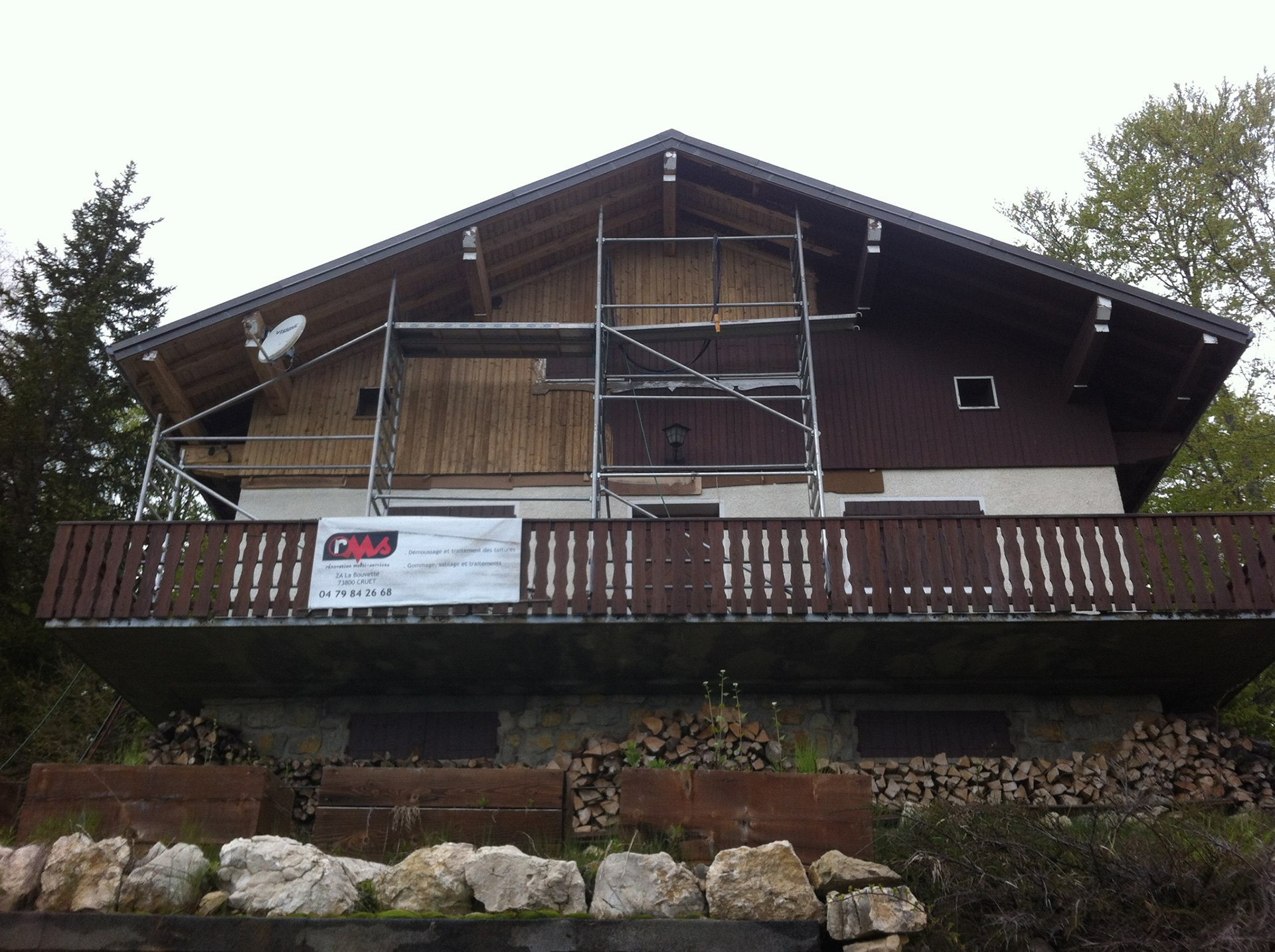 Nettoyage façade et peinture d'un chalet bois à Chambéry (Savoie)